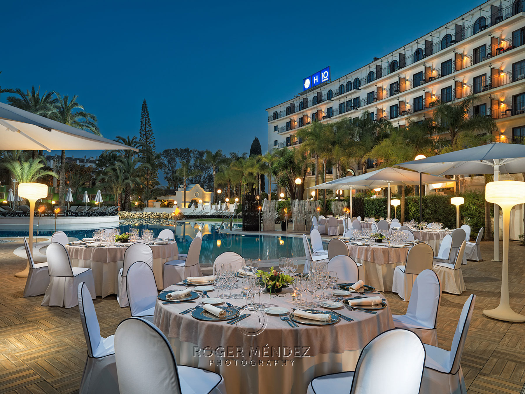 H10 Andalucía Plaza. Banquet setup in swimming pool at sunset