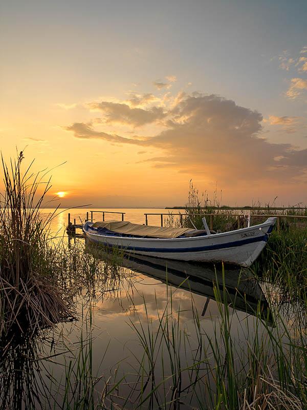 Fotografía paisaje barca y puesta de sol