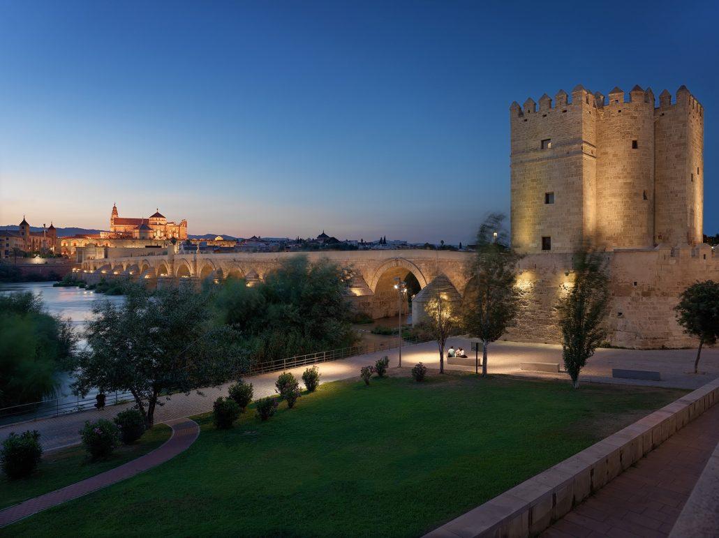 Puente romano y mezquita de Córdoba al anochecer