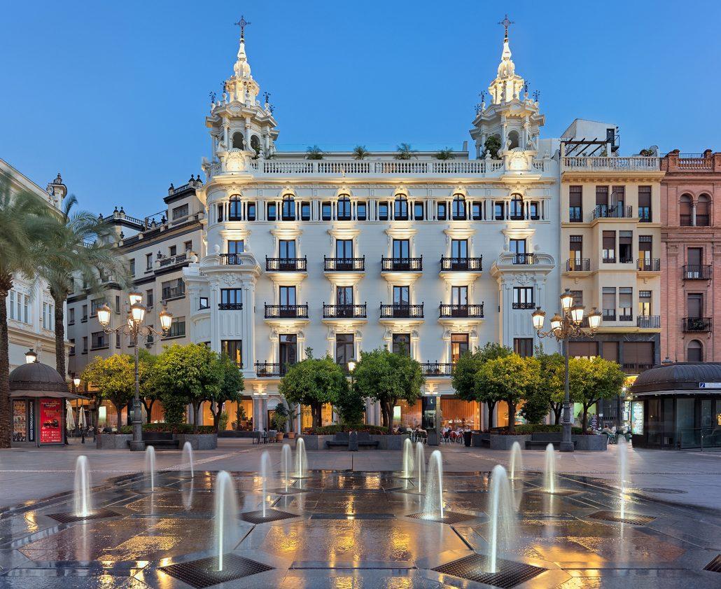 Fachada Hotel H10 Palacio Colomera al atardecer