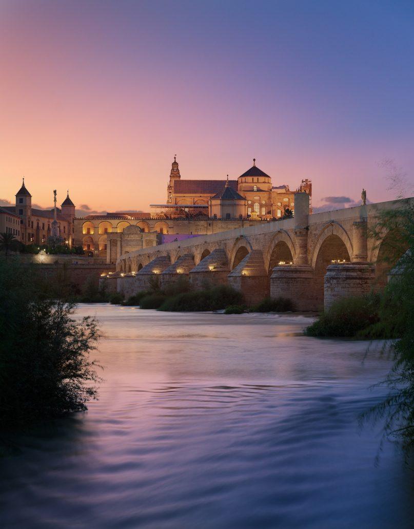 Mezquita de Córdoba y puente romano al anochecer