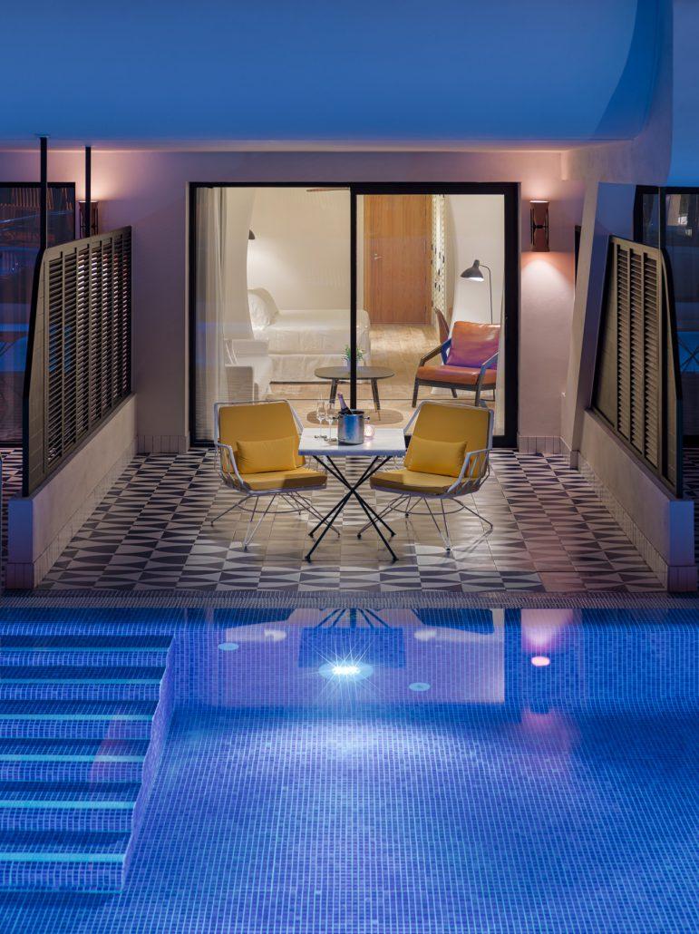 Piscina Swim up y terraza habitación 2114