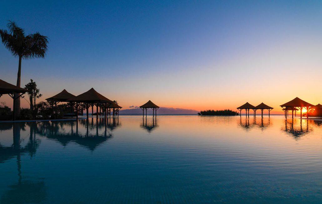 Gran_Melia_Palacio_de_Isora-Sunset_at_Infinty_pool