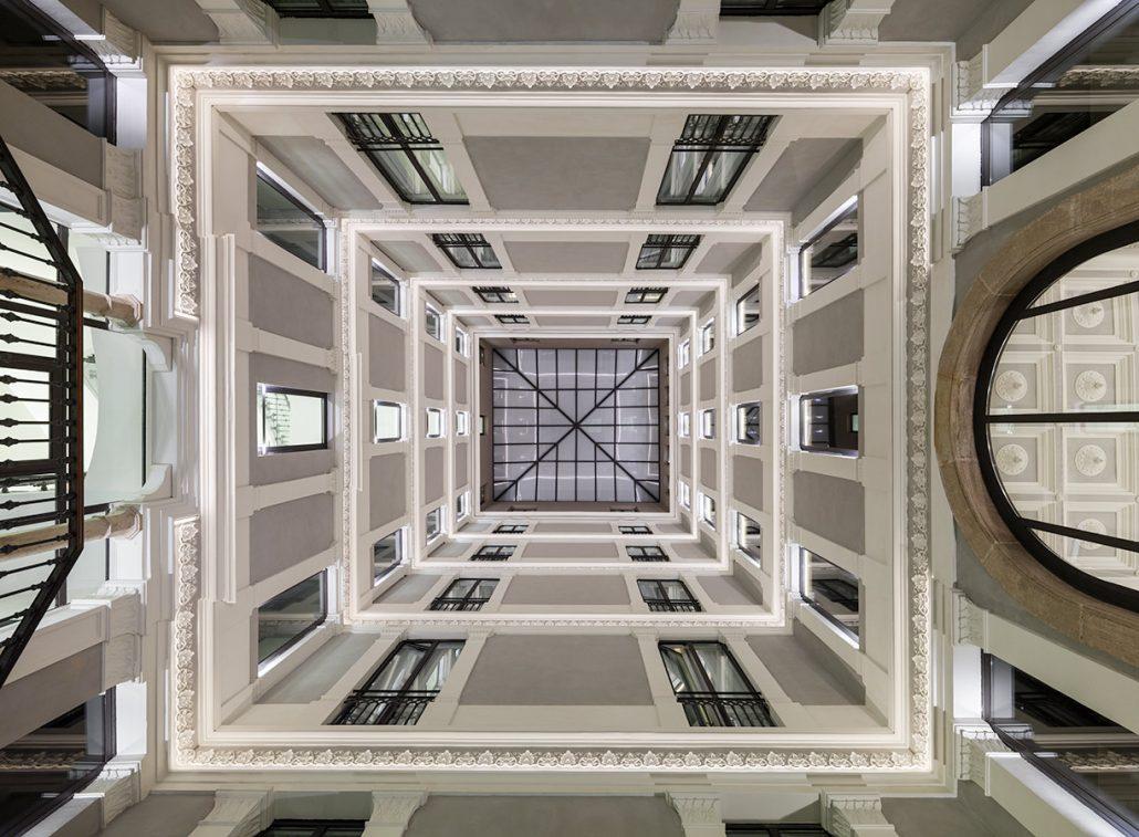 H10-Urquinaona-Plaza-Atrio-hotel-nocturno