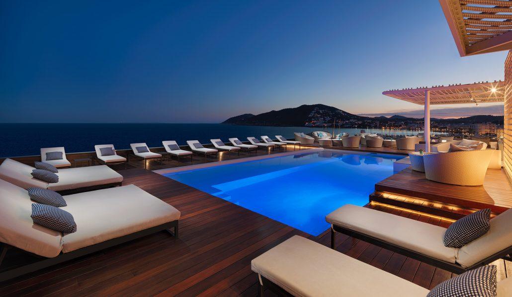 Hotel Aguas de Ibiza-Piscina-azotea-al-anochecer