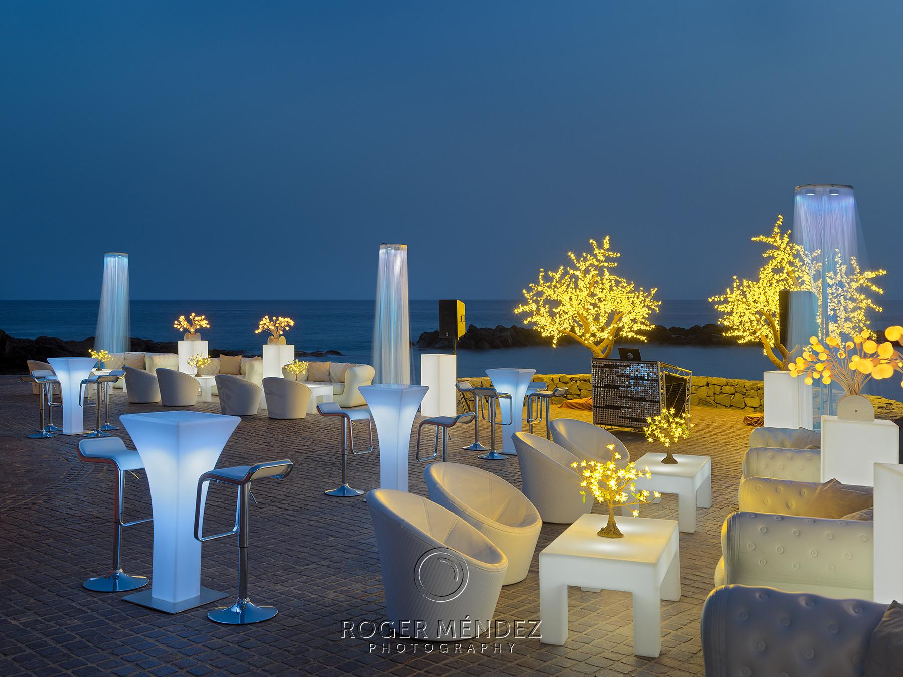 fotografía con luz ambiente de la terraza beach club
