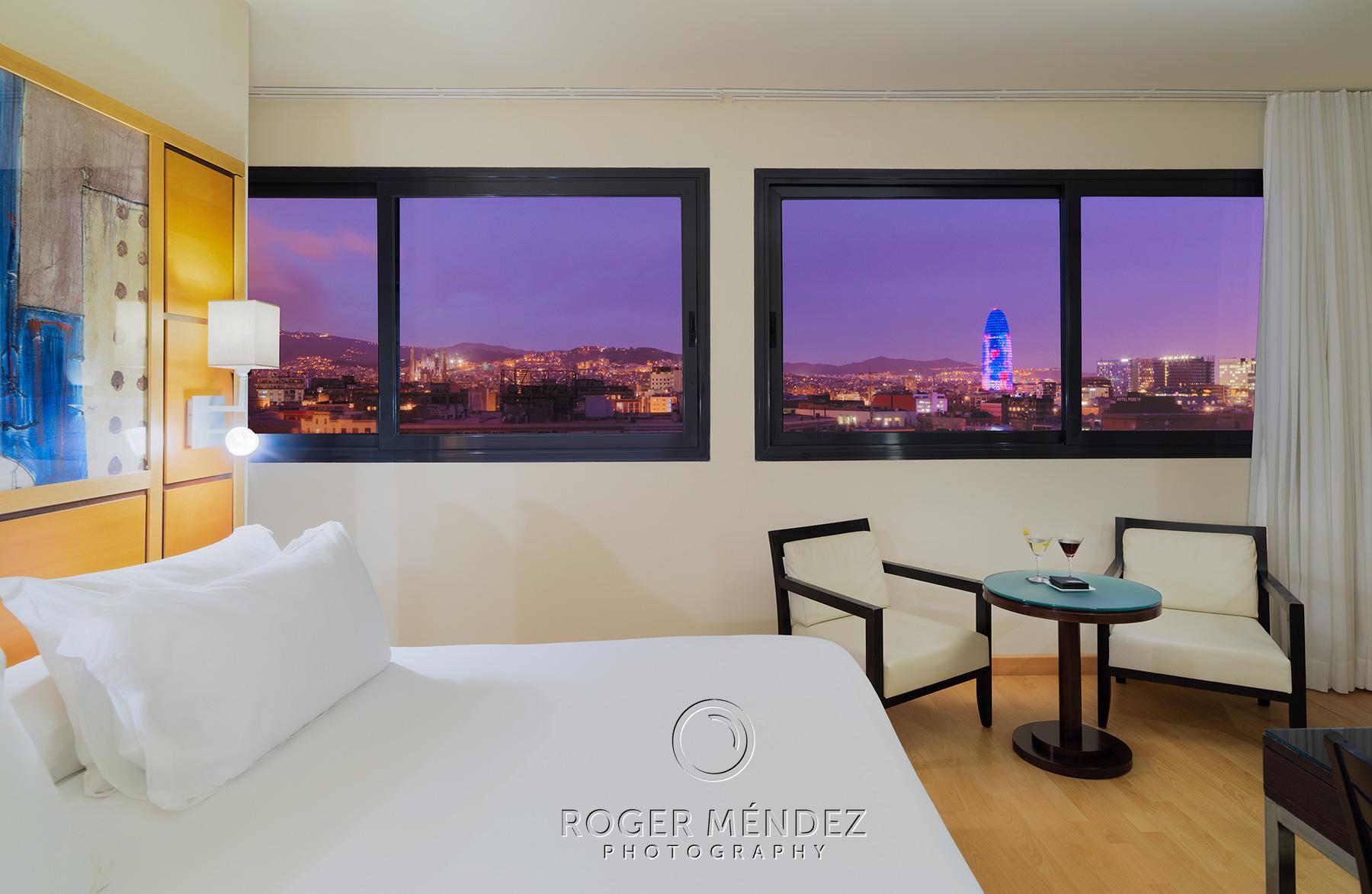 Fotografía habitación familiar nocturna H10 Marina Barcelona