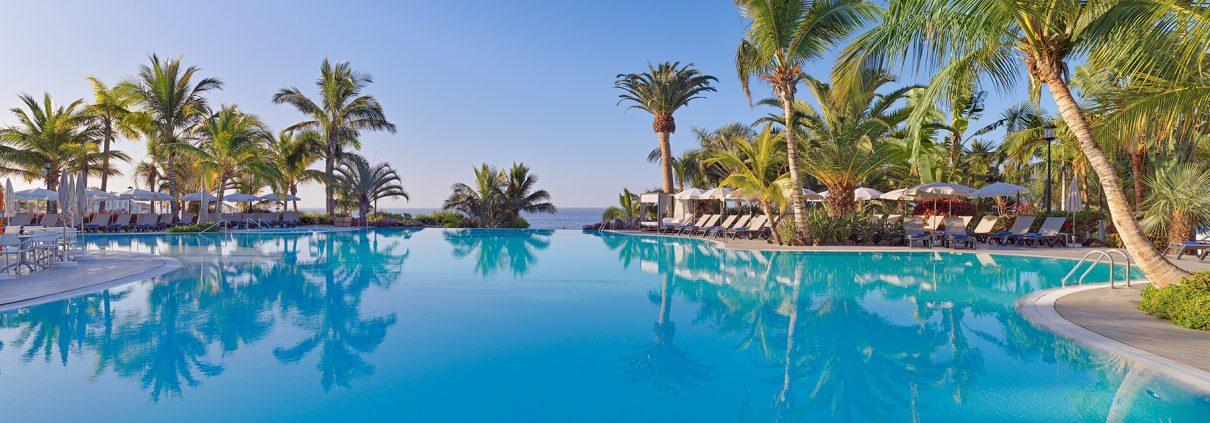 Fotografía piscina de día para el Roque Nivaria Gran Hotel