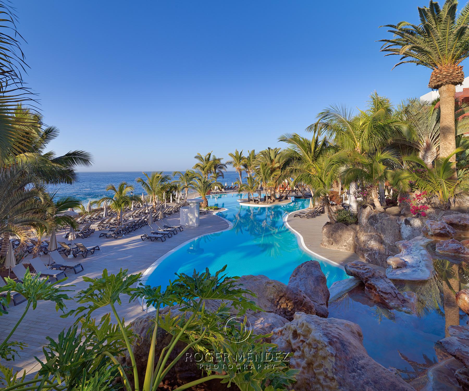 Fotografía vista general piscina de día para el Roque Nivaria Gran Hotel