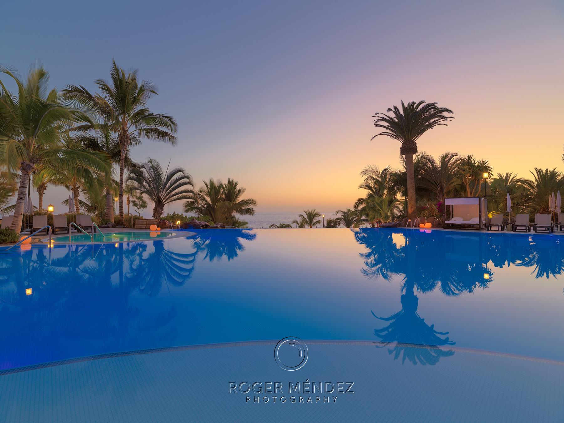 Fotografía piscina principal al anochecer para el Roque Nivaria Gran Hotel