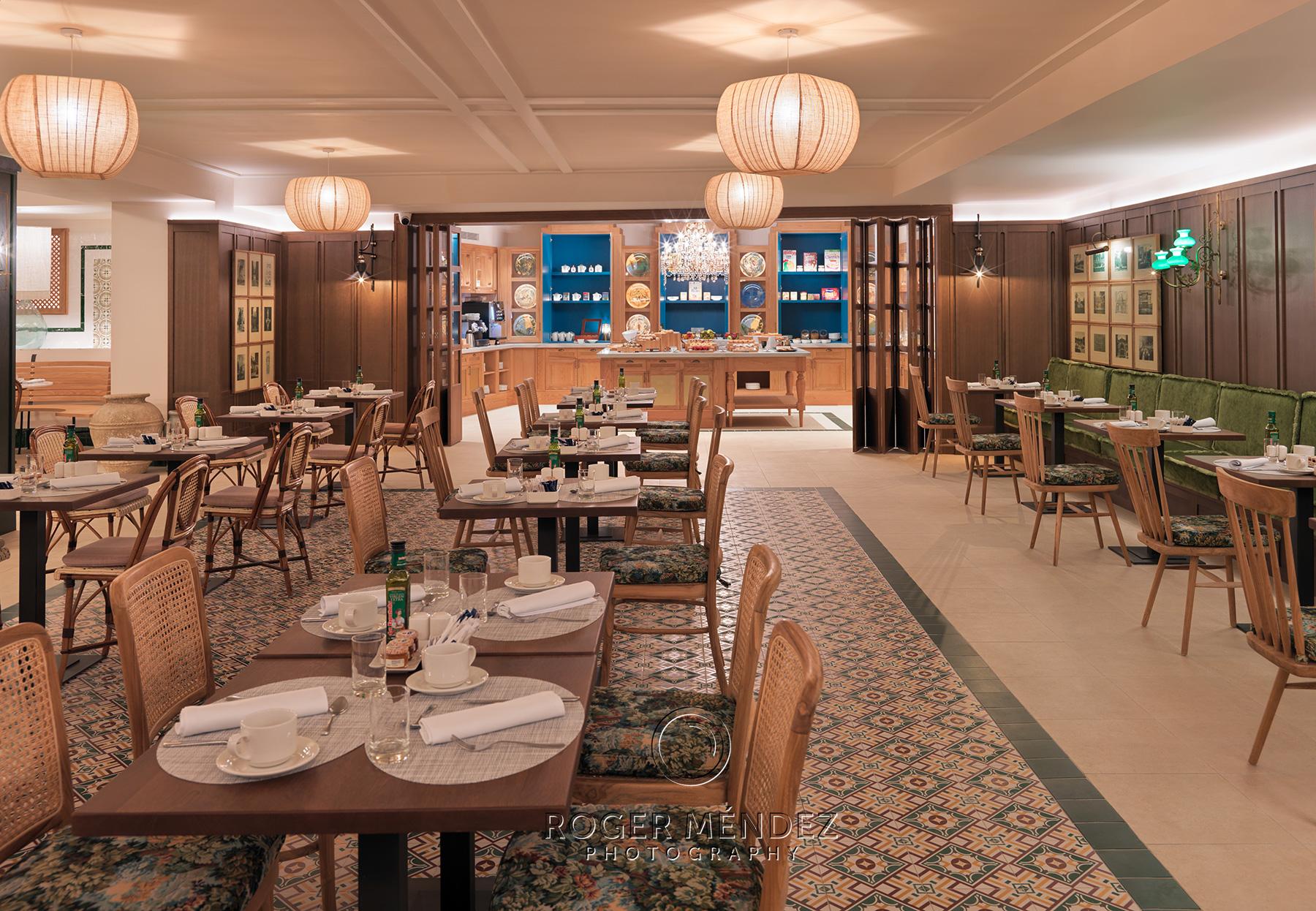 Vista general de comedor de restaurante Magallanes. Montaje desayuno