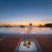 Infinity pool al anochecer del resort H10 Atlantic Sunset