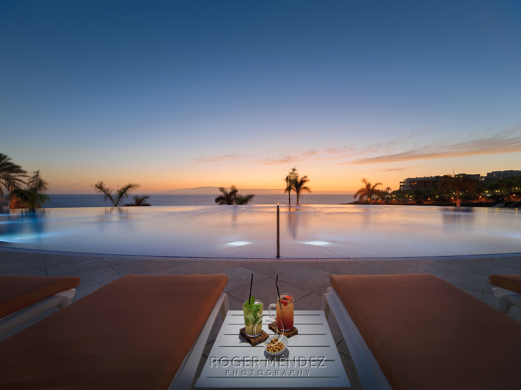 Fotografía H10 Atlantic Sunset Infinity Pool al anochecer