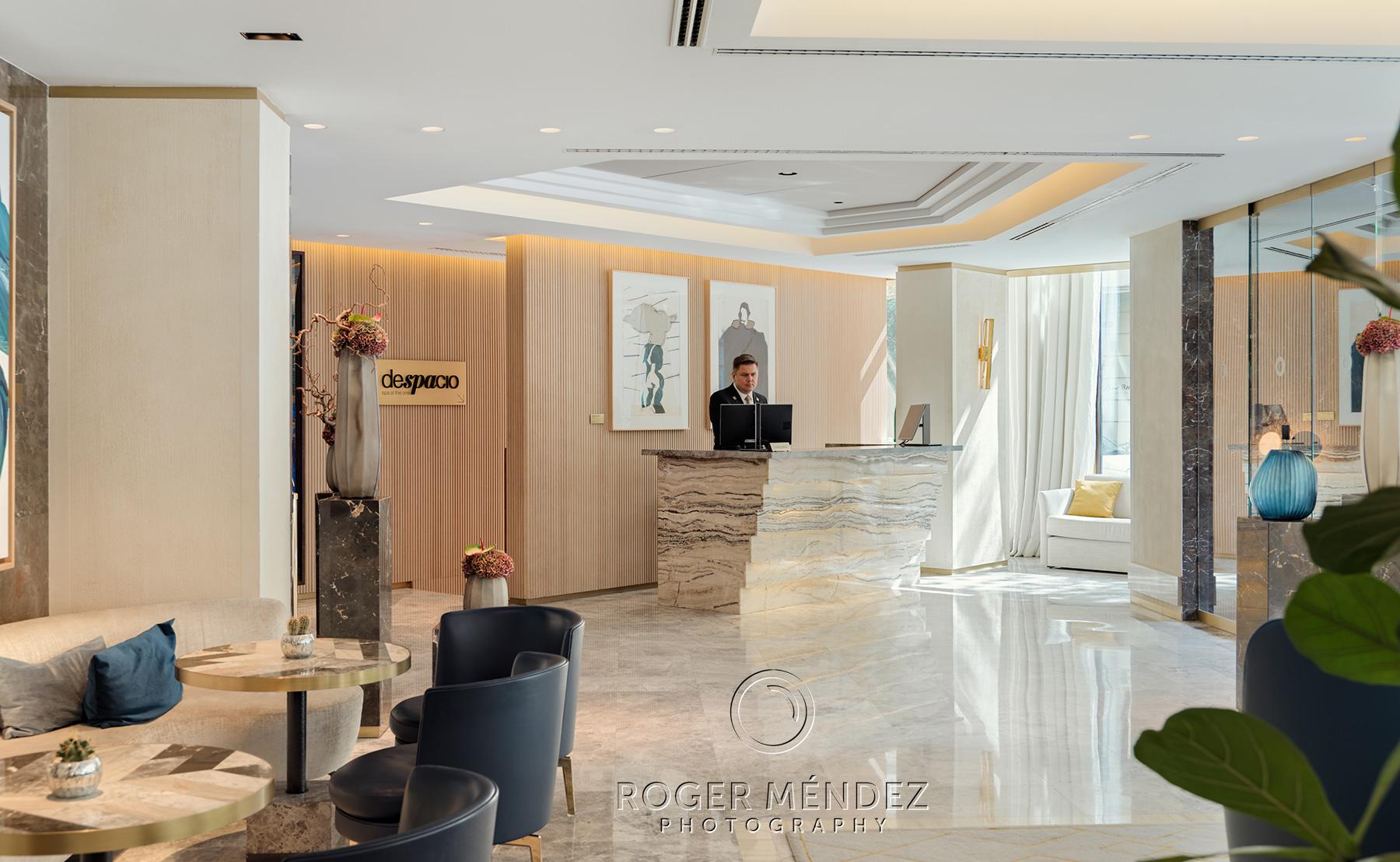 Lobby y recepción de día. The One Barcelona