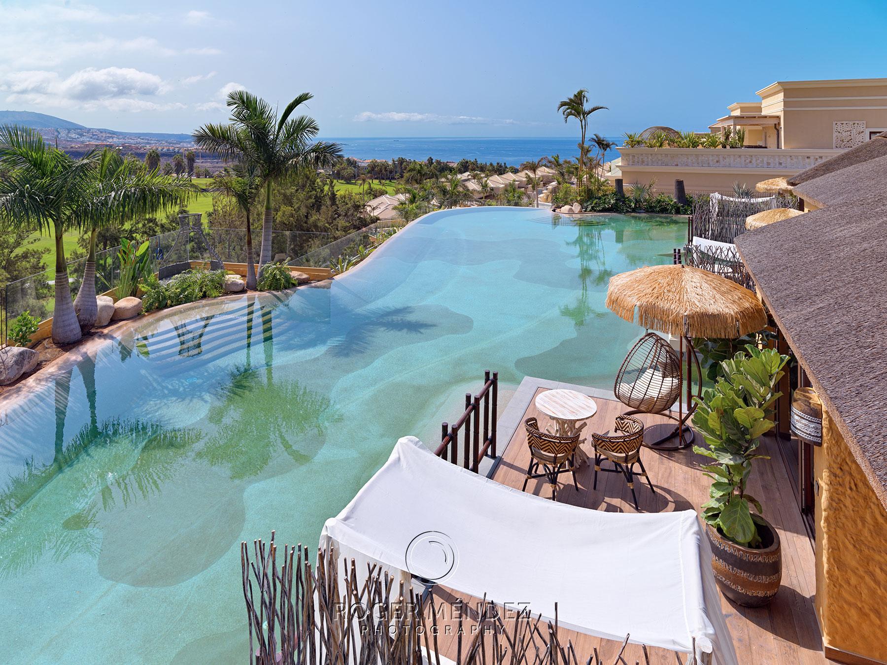 Toma de vista general de piscina Lagoon Villas con impresionantes vistas al Océano Atlántico del Royal River