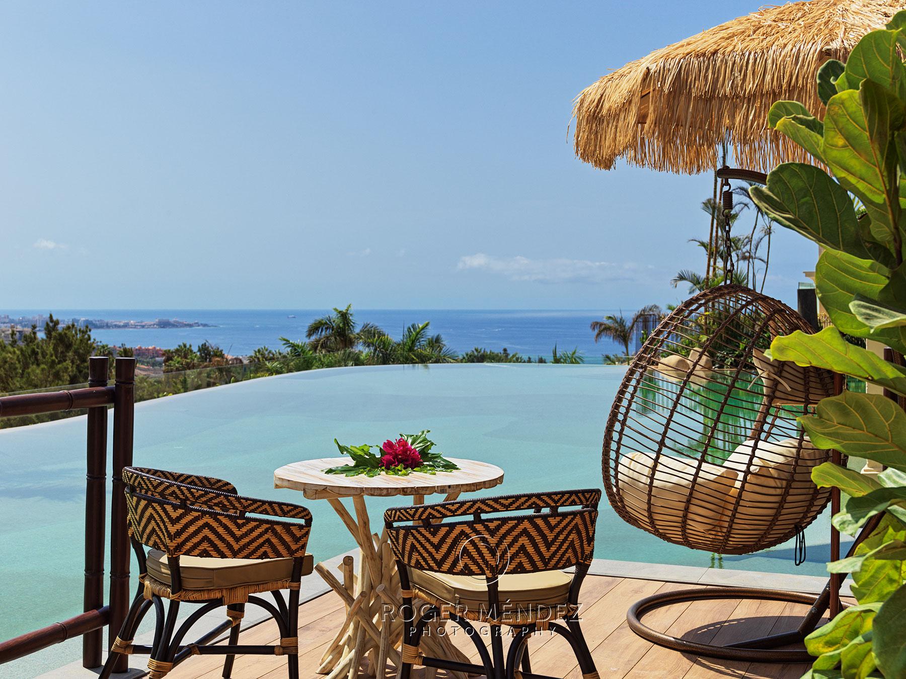 Fotografía detalle de piscina de día de Lagoon Villas del hotel de lujo Royal River