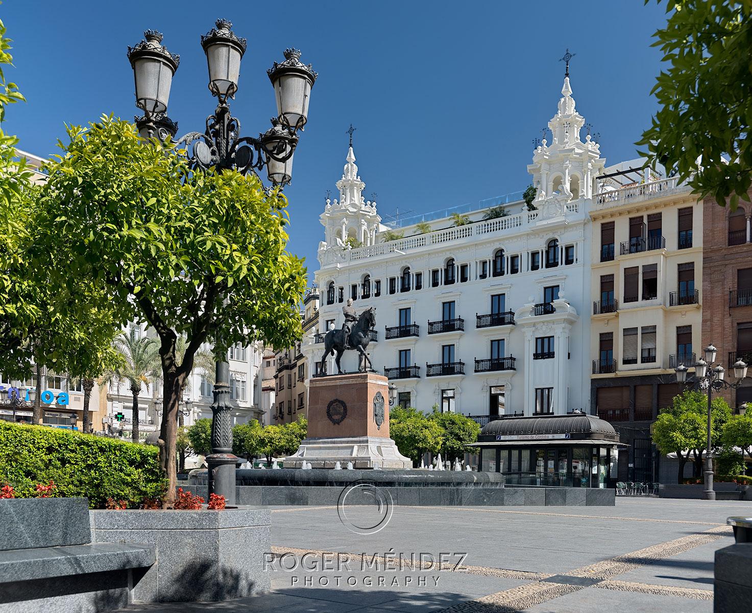 Fotografía de fachada del H10 Palacio Colomera desde la Plaza de Las Tendillas. general