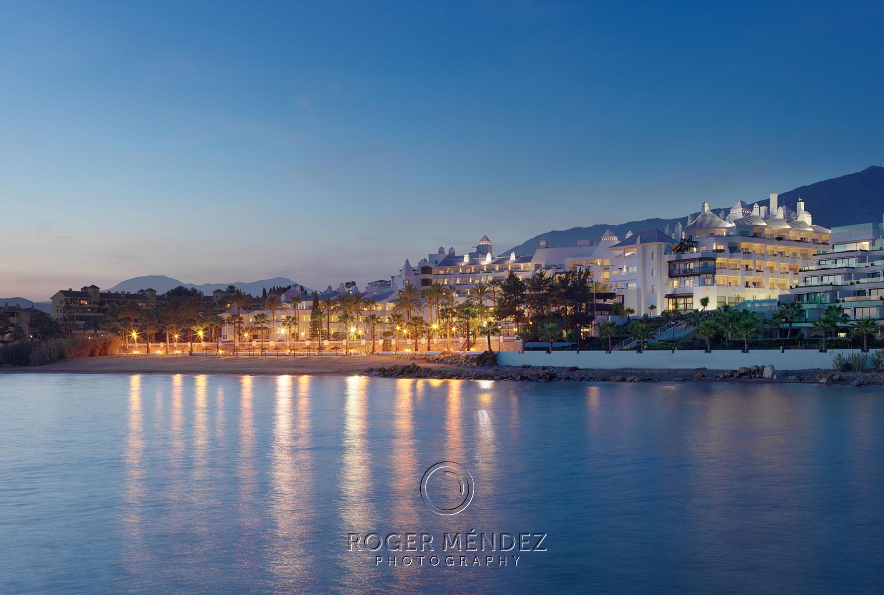 Fotografía vista al anochecer del H10 Estepona Palace desde el mar