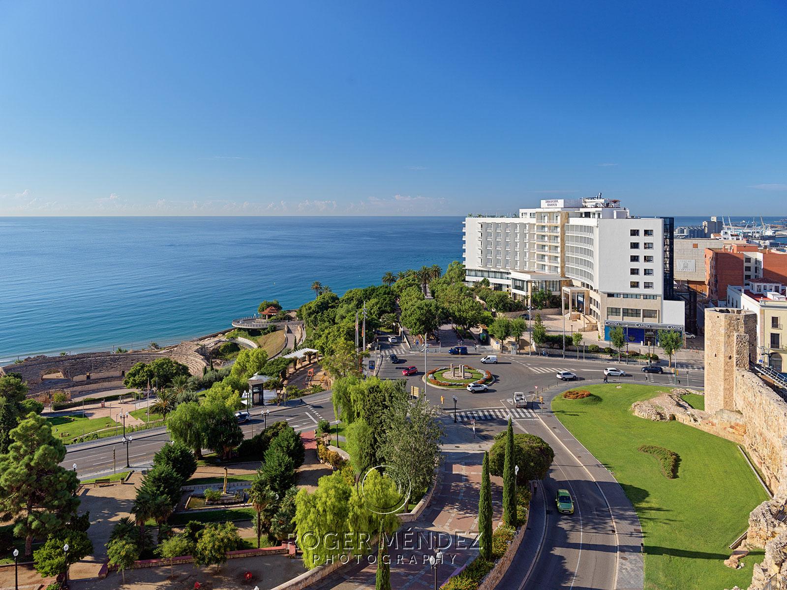 Vista general del hotel en la que se muestra parte del anfiteatro y su ubicación frente al mar