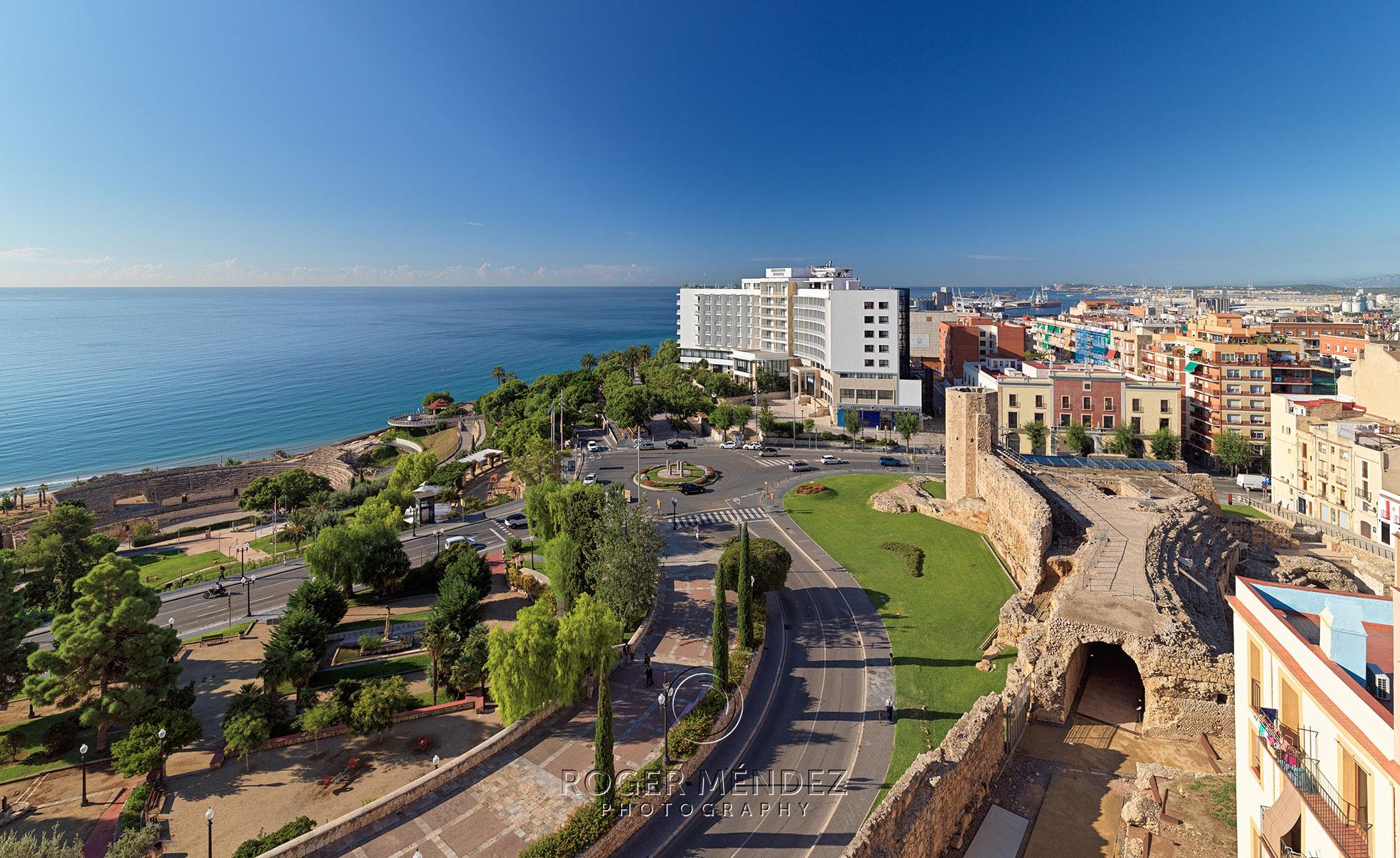 Vista general del hotel y de su ubicación