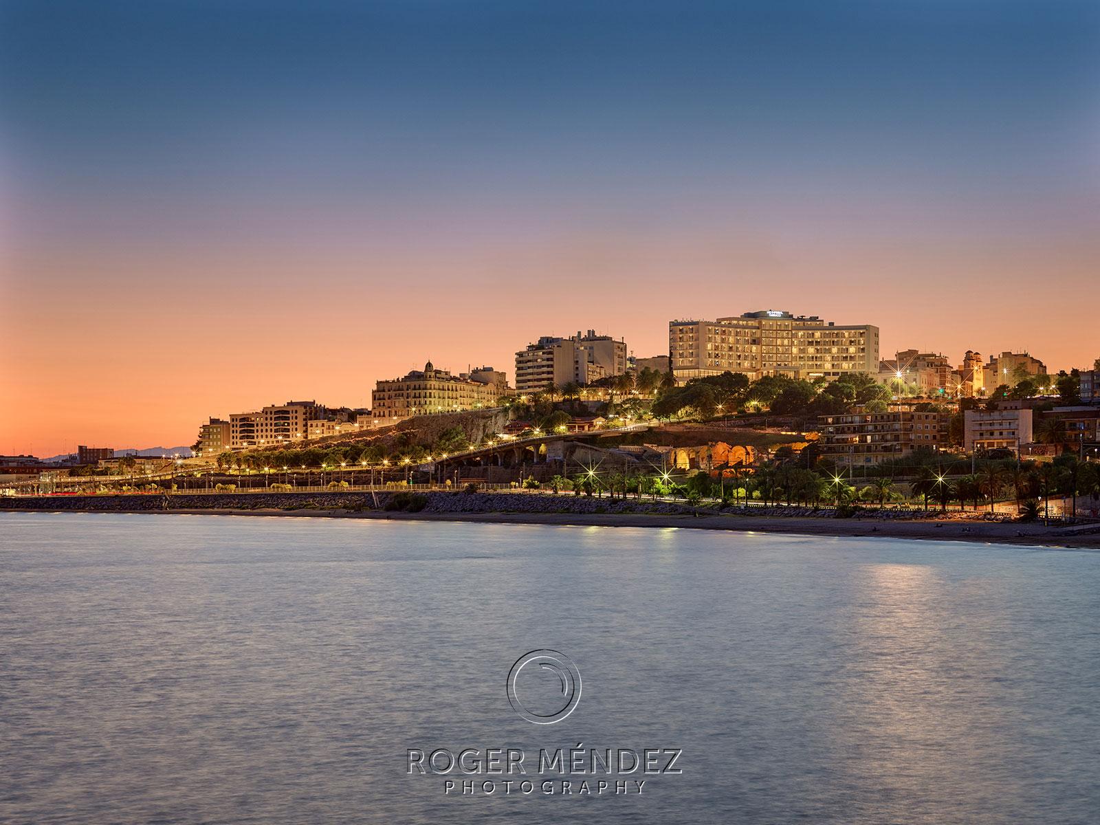 Vista del hotel H10 Imperial Tarraco desde el mar al anochecer