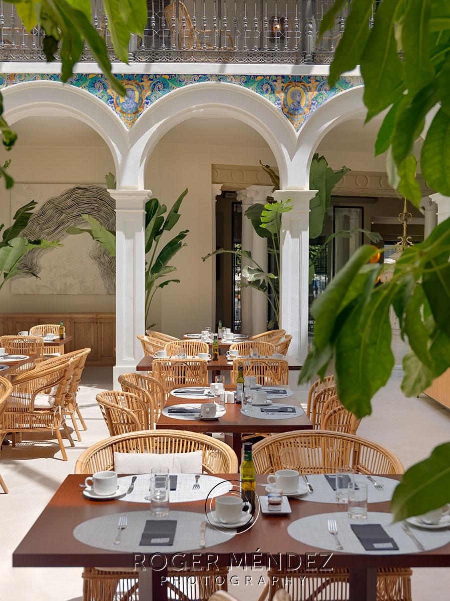 Montaje desayuno en el elegante atrio del H10 Palacio Colomera