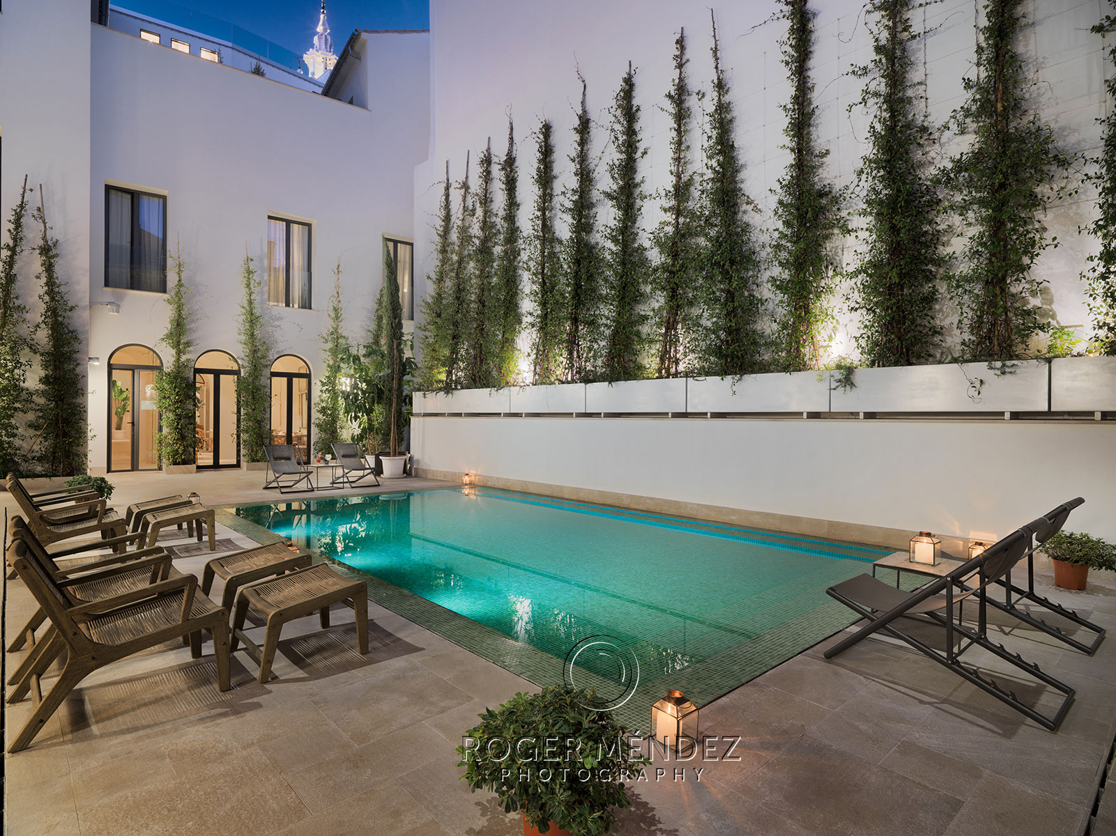 Plunge pool al anochecer