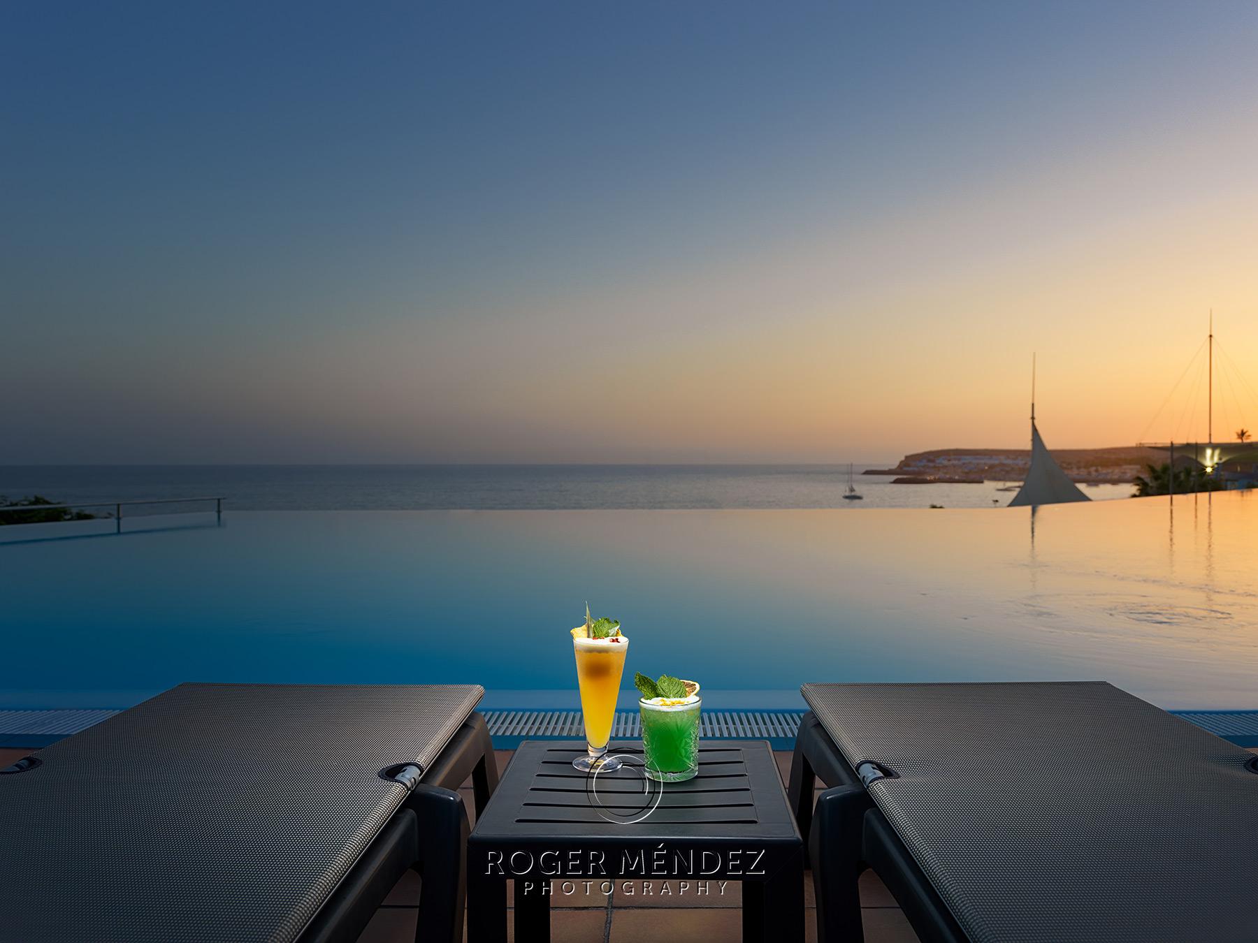 Nuevas fotografías para el hotel H10 Playa Meloneras Palace. Infinity pool al anochecer