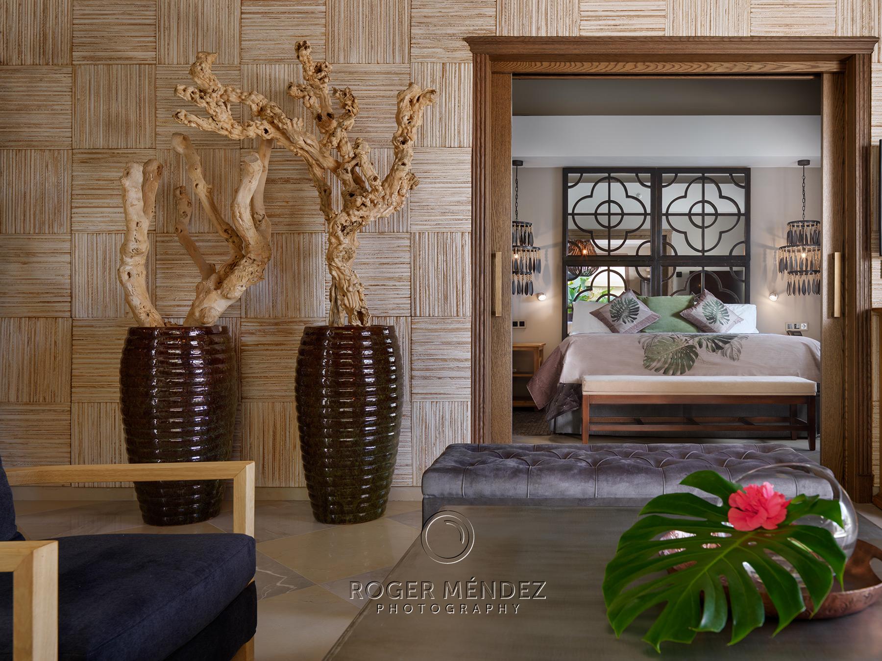 Toma Detalle vista dormitorio y salón de una villa