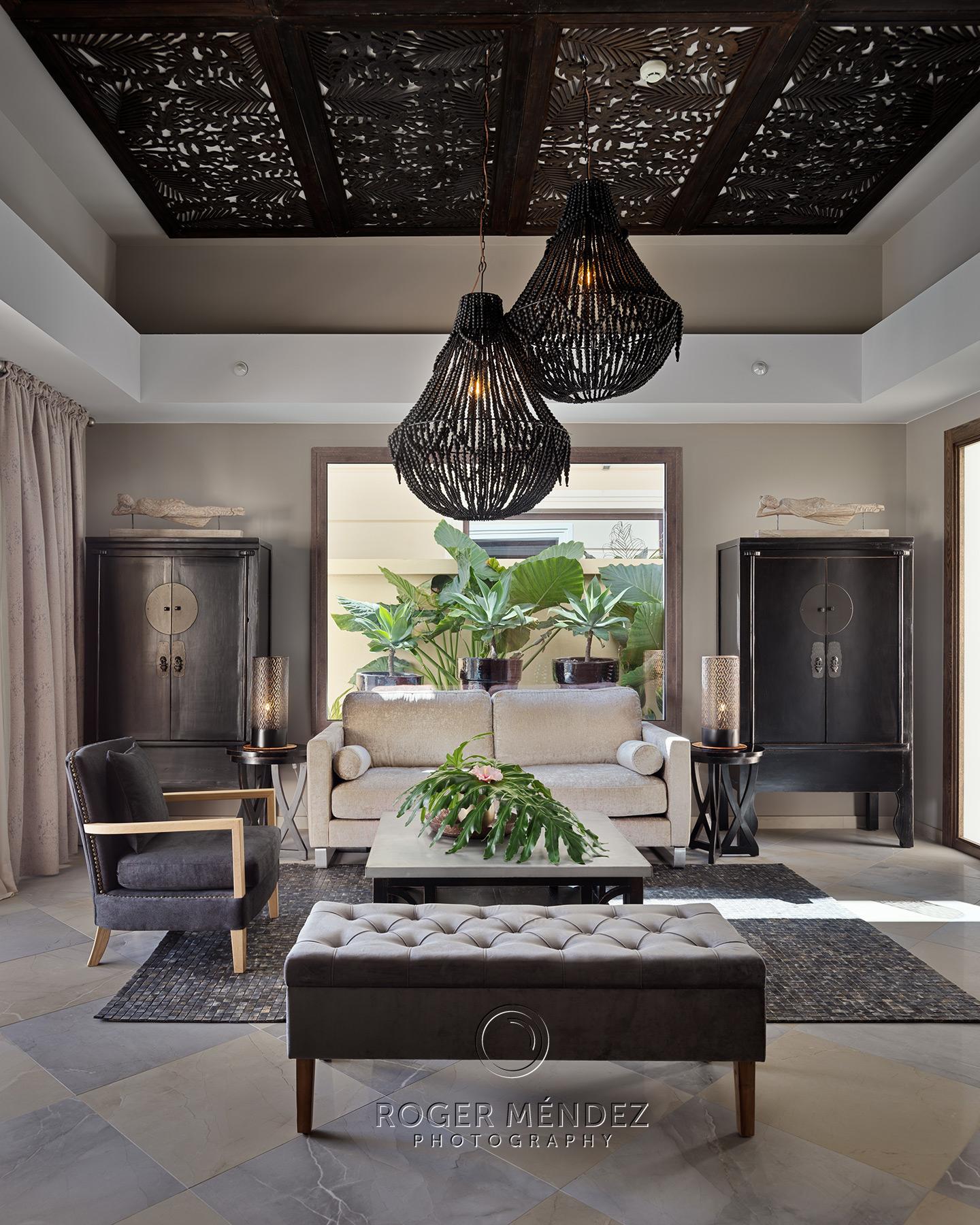 Fotografía vertical de salón de una villa