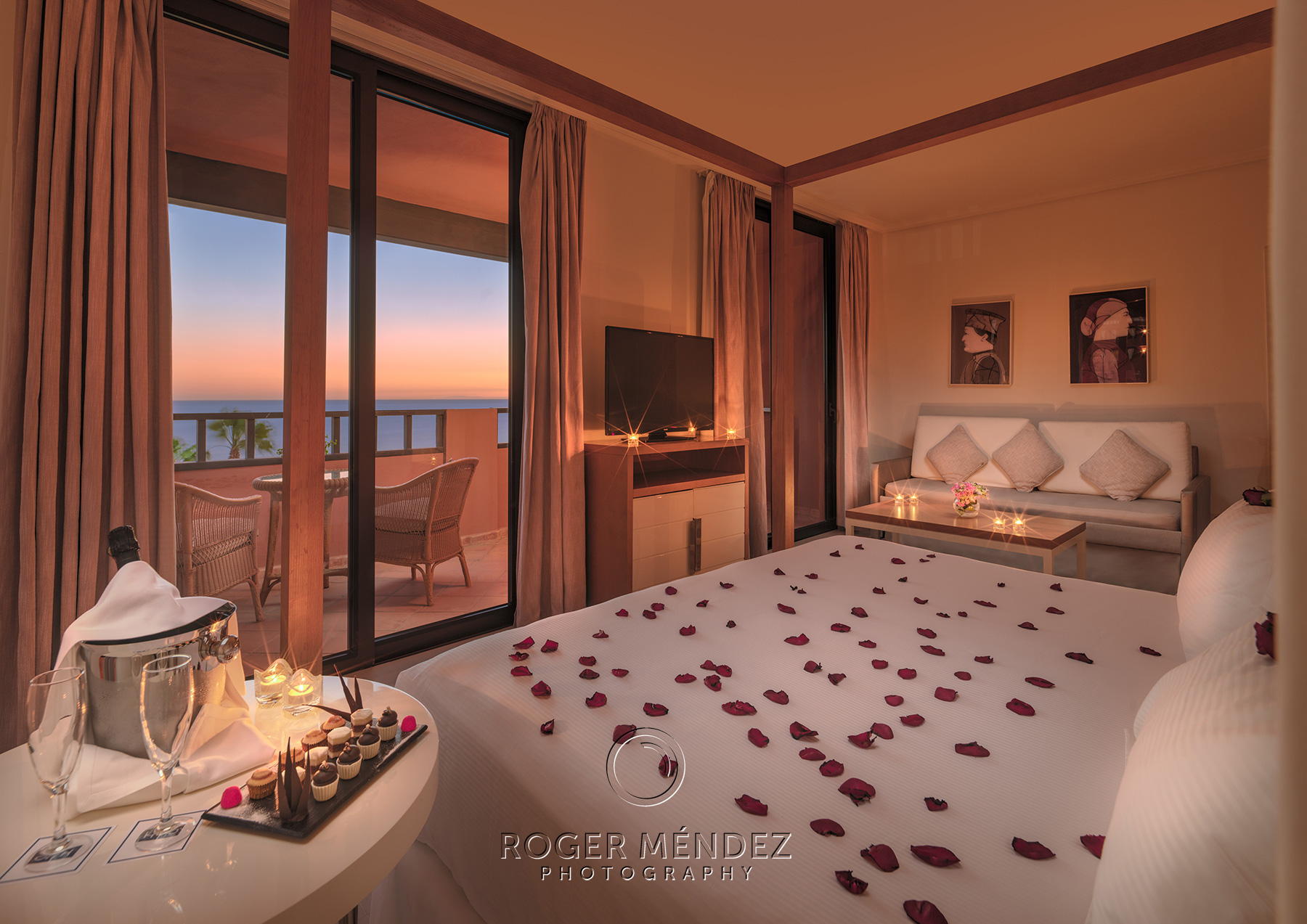 Fotografía Junior Suite al anochecer con montaje romántico
