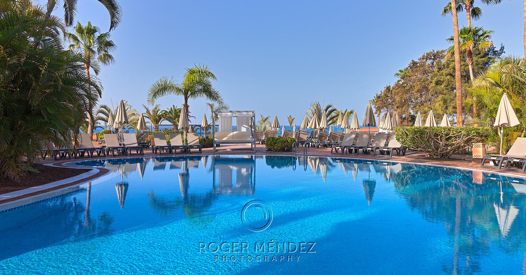 Fotografía de piscina principal de día del hotel H10 Costa Adeje Palace