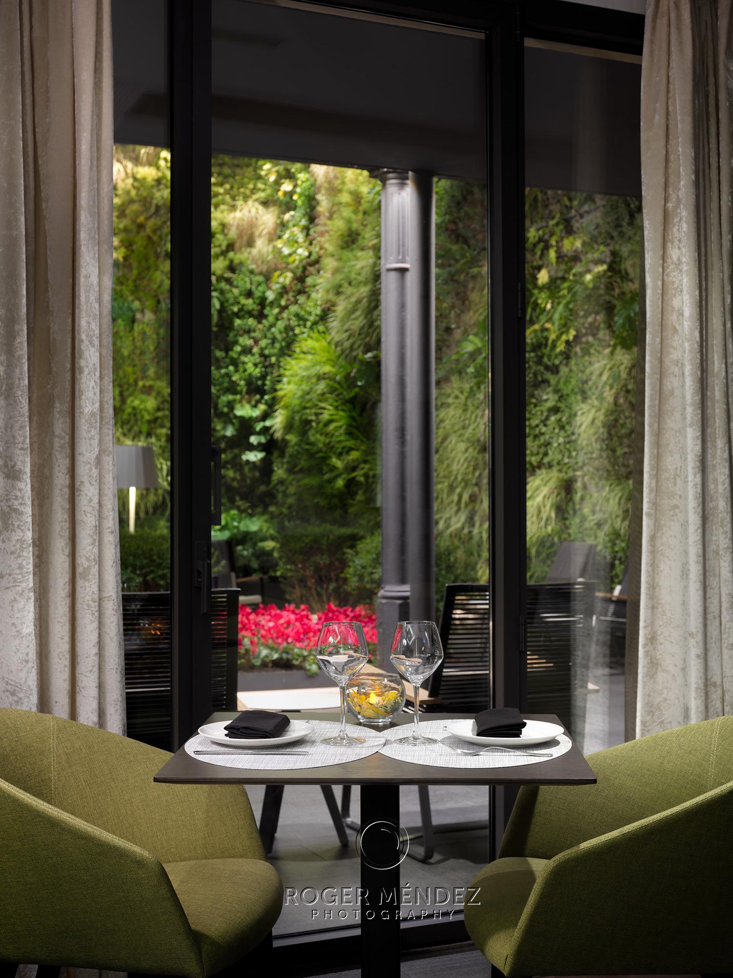 Lobby bar L'Olivera. Detalle mesa montaje cena.