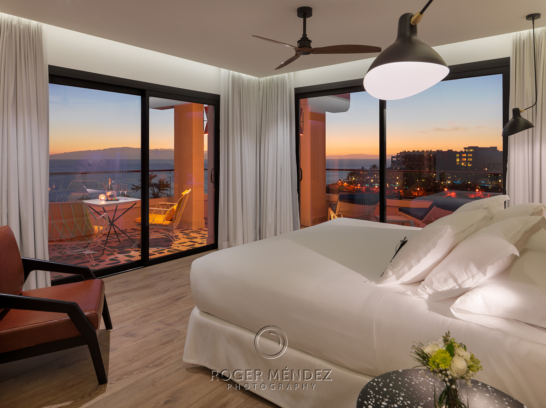 Dormitorio suite privilege al anochecer. H10 Atlantic Sunset