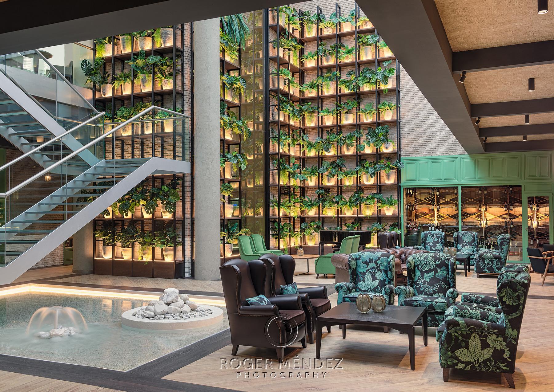 Patio Dionissos de día hotel H10 Marina Barcelona