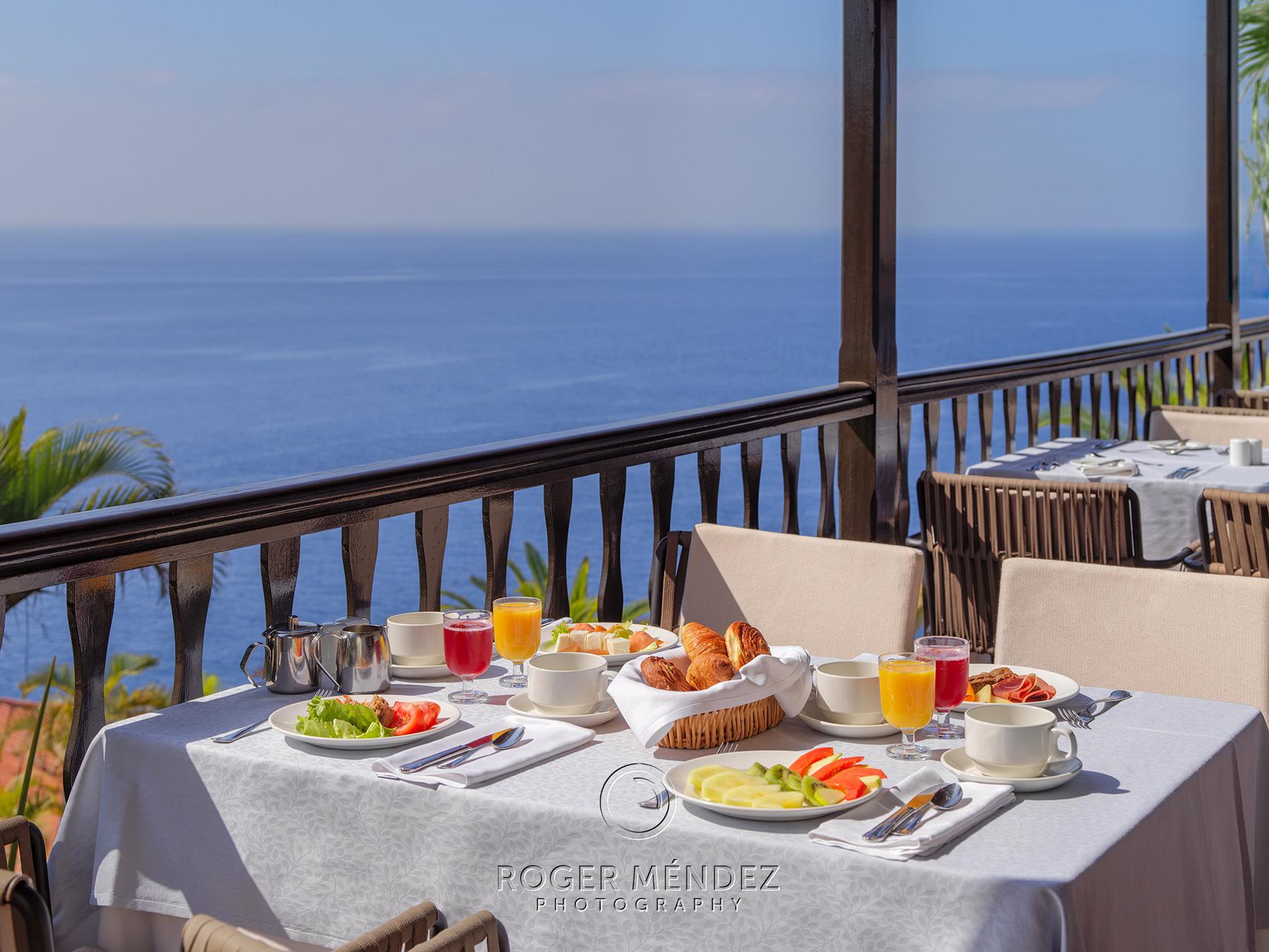 Restaurante principal. Montaje desayuno en terraza . Hotel Jardin Tecina