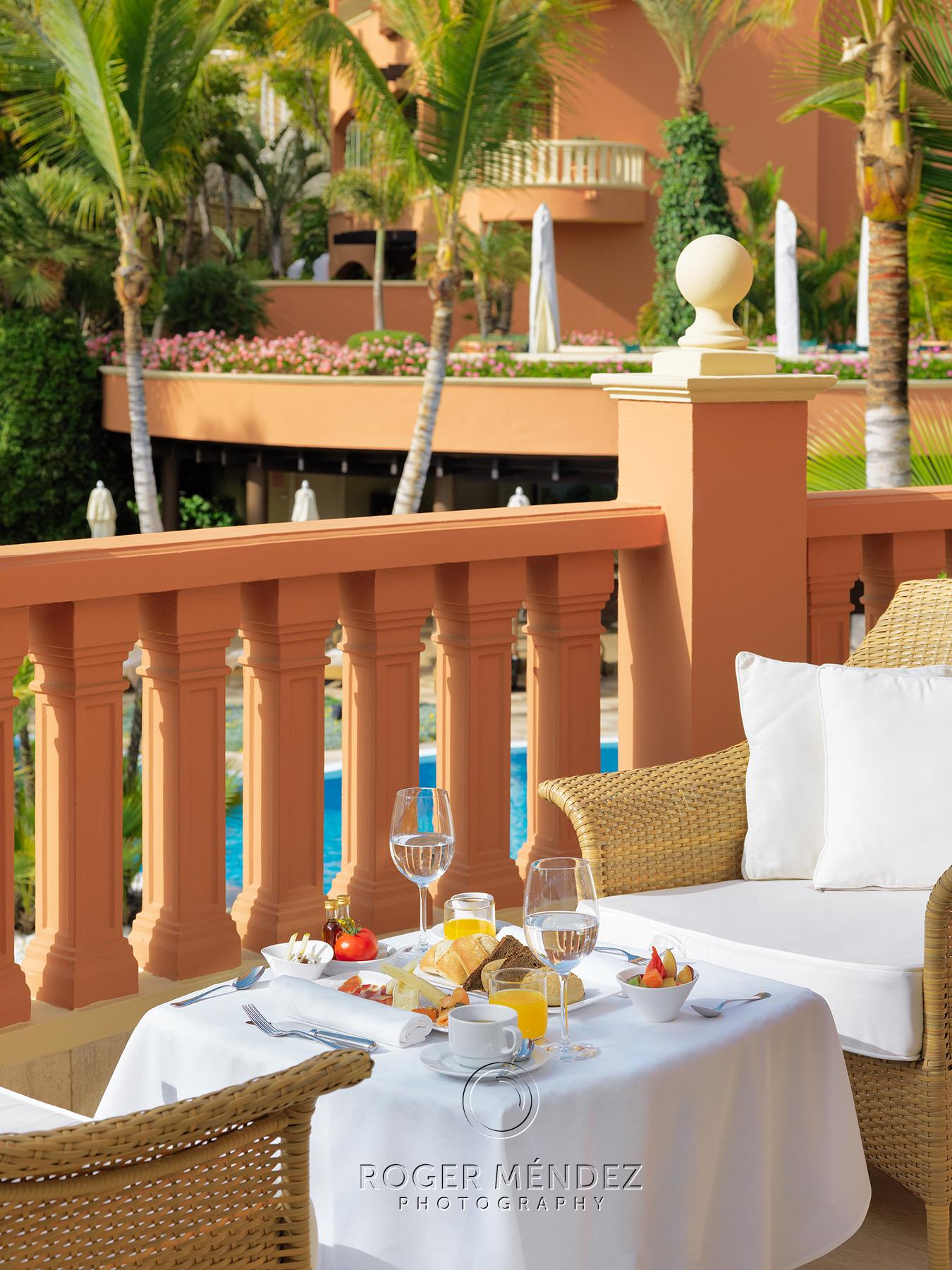 Montaje desayuno en terraza Hotel Las Madrigueras