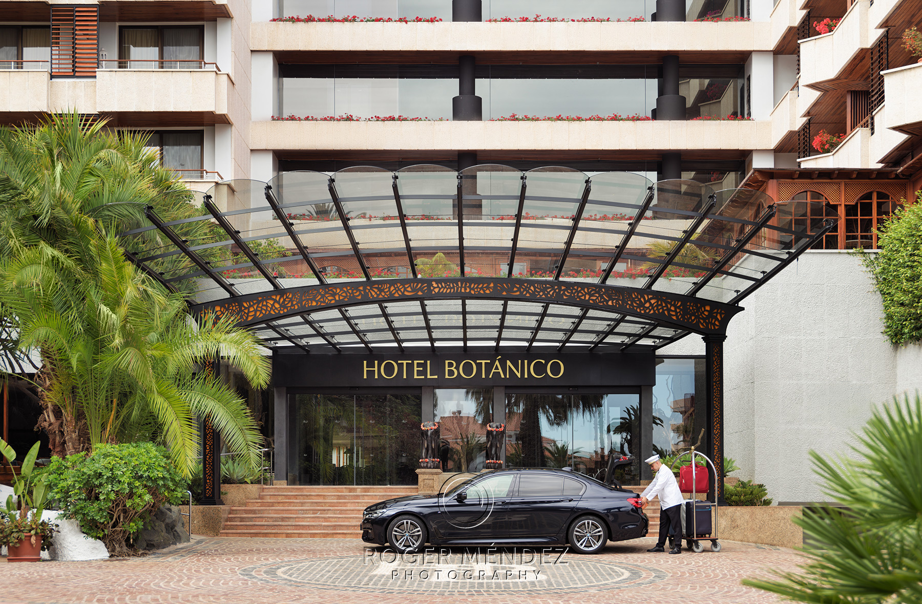 Fachada de día del hotel Botánico