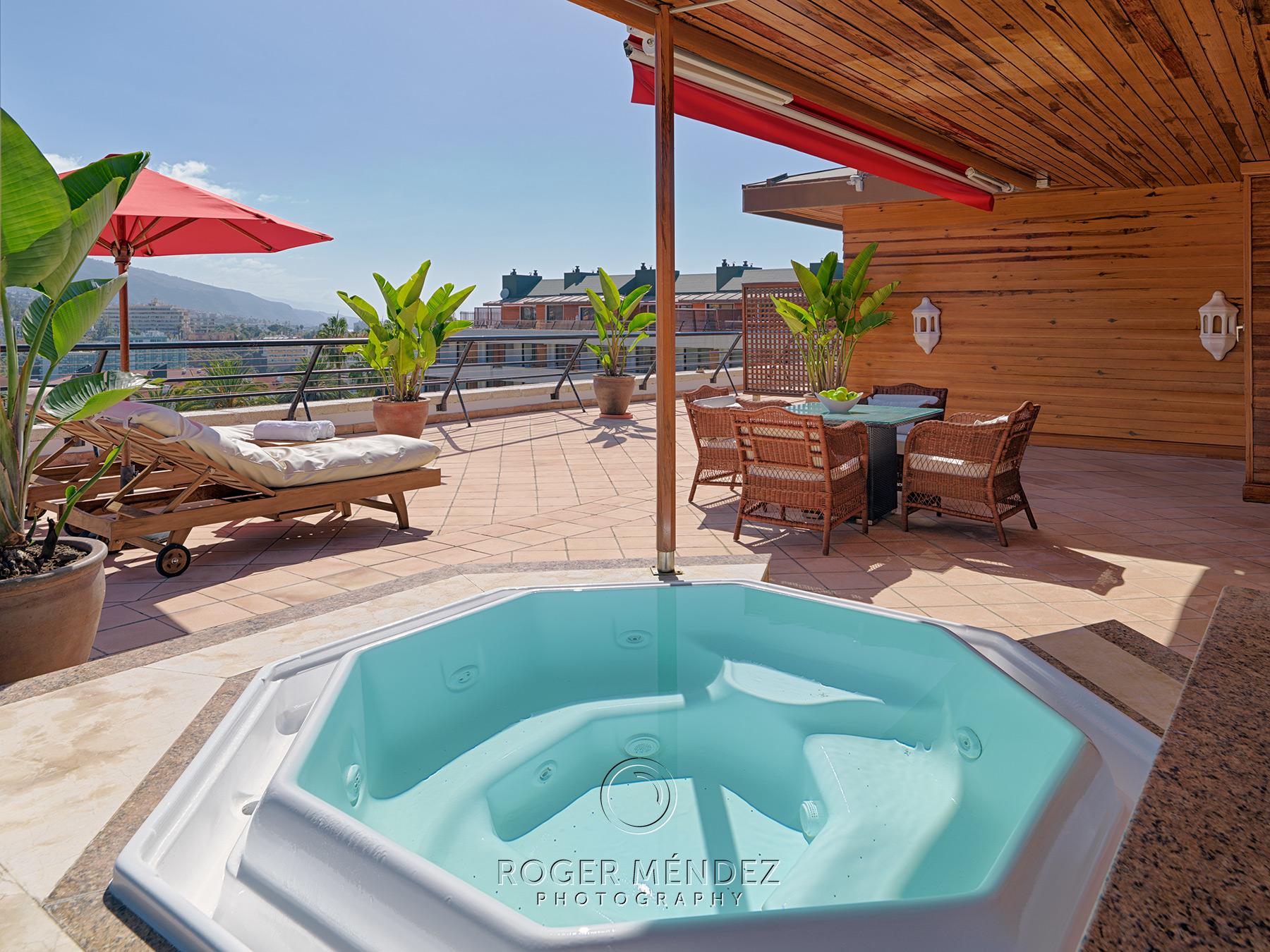 Terraza suite con jacuzzi del Hotel gran lujo Botánico